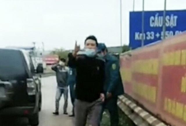Đối tượng Nguyễn Văn Tùng không chấp hành yêu cầu của lực lượng làm nhiệm vụ tại chốt kiểm soát dịch. (Ảnh cắt từ video).