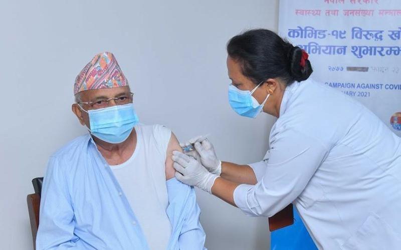 Người dân Nê-pan được tiêm vắc-xin ngừa Covid-19. Ảnh TÂN HOA XÃ
