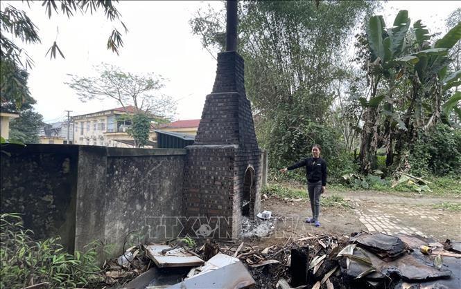 Lò đốt rác thải y tế này chỉ cách nhà bà bà Lê Thị Hương, tổ dân phố số 8 một bức tường rào. (Ảnh: TTXVN)