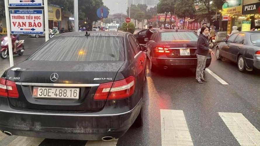 Hai xe Mercedes biển số giống hệt nhau trên phố Hà Nội. (Ảnh: VOV)