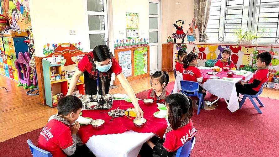 Quy định mới này của TP. Hạ Long nhằm đảm bảo quyền lợi được đến trường của tất cả học sinh và giúp người dân có thêm điều kiện để vượt qua khó khăn do ảnh hưởng của COVID-19. (Ảnh: Sức khoẻ & Đời sống)
