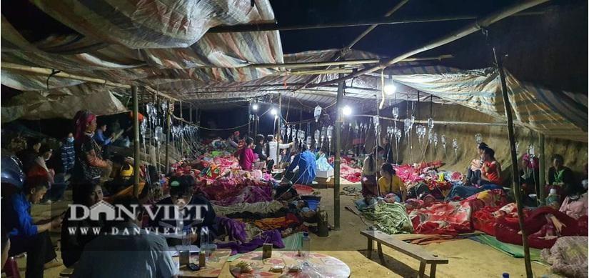 Những người bị ngộ độc sau khi ăn cỗ cưới đang được điều trị tại Trung tâm Y tế huyện Sìn Hồ. (Ảnh: Dân Việt)