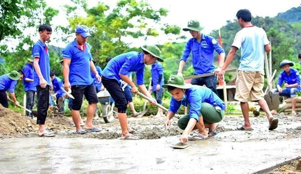 Đội thanh niên tình nguyện Đại học Huế tham gia làm đường giao thông nông thôn. Ảnh: Tường Vi/TTXVN