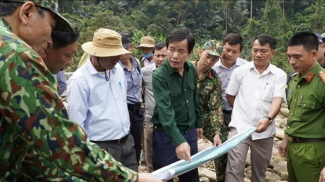 Đoàn công tác khảo sát do ông Nguyễn Văn Phương (giữa, áo xanh đậm) dẫn đầu đang lên phương án cụ thể để tìm kiếm những công nhân còn mất tích ở Rào Trăng 3. (Ảnh: VTC News)