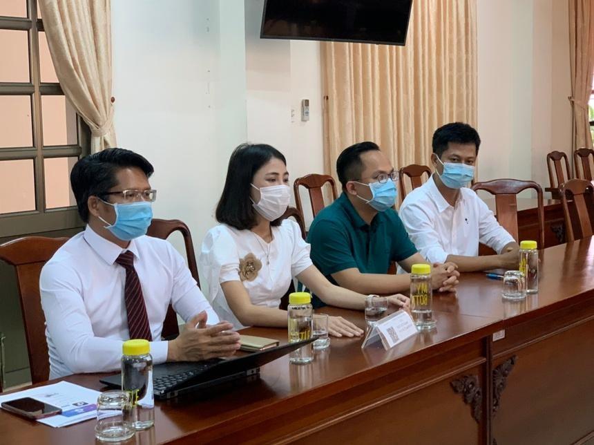 Thơ Nguyễn (thứ 2, từ trái qua) bị phạt 7,5 triệu đồng. Ảnh: Thanh Kiều/Zing