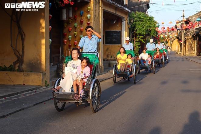 Du khách ngồi trên xích lô tham quan phố cổ Hội An chiều 18/3. (Ảnh: VTC News)
