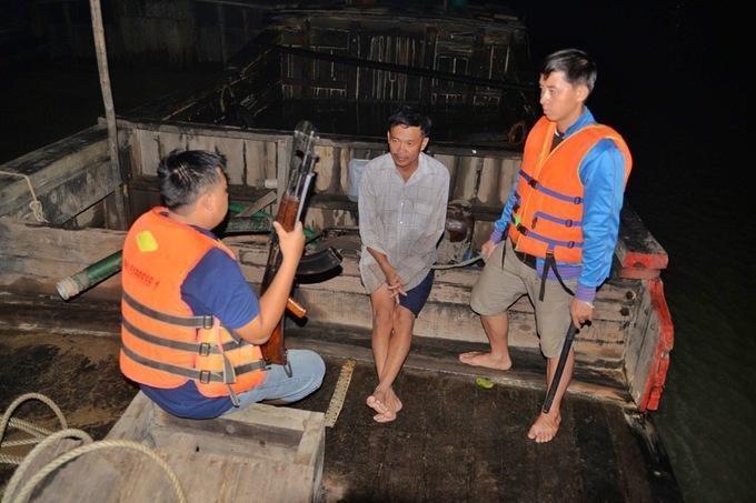 """Cảnh sát truy quét """"cát tặc"""" trên sông Đồng Nai, đoạn qua phường Long Phước, quận 9, TP HCM, năm 2015. Ảnh: Hữu Khoa"""