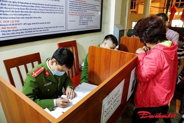 Công an quận Hai Bà Trưng làm thủ tục gắn chíp điện tử vào thẻ căn cước công dân cho người dân. (Ảnh: Đại Đoàn Kết)