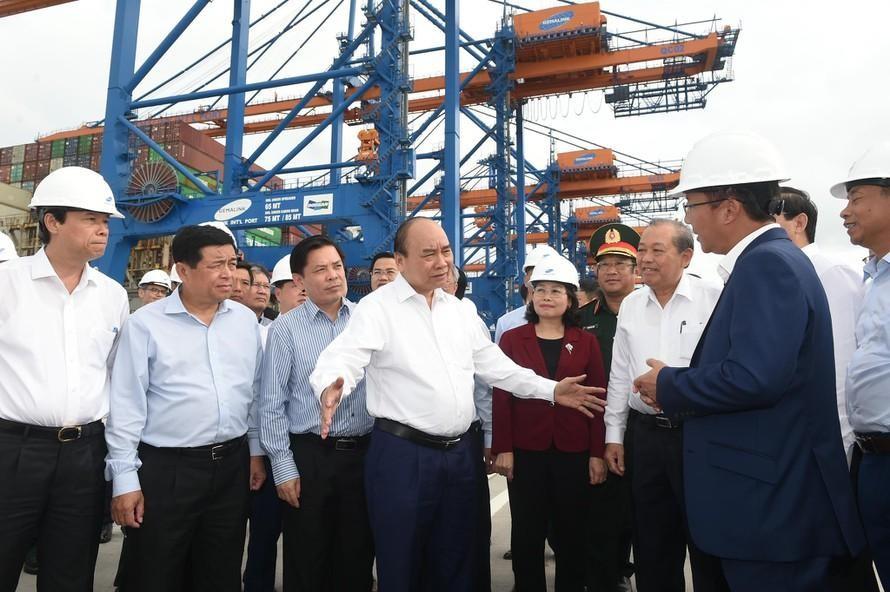 Thủ tướng Nguyễn Xuân Phúc đến kiểm tra bến cảng Gemalink khi cảng mới đón tàu vào khai thác chuyến đầu tiên vào tháng 1/2021. Ảnh: VGP/Quang Hiếu