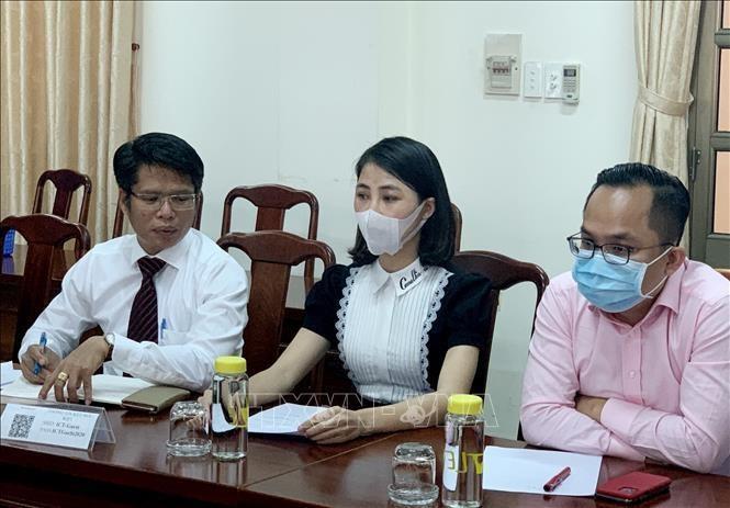YouTuber Thơ Nguyễn (giữa) cùng luật sư tại buổi làm việc với cơ quan chức năng tỉnh Bình Dương ngày 15/3/2021. Ảnh minh họa: TTXVN phát