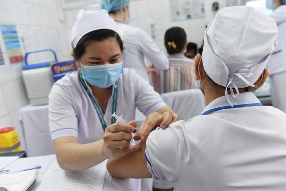 Những y bác sĩ đầu tiên được tiêm vắc xin tại Bệnh viện Bệnh nhiệt đới TP.HCM vào ngày 8-3 - Ảnh: DUYÊN PHAN