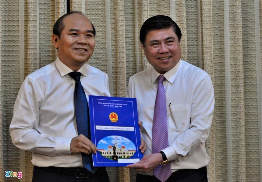 Ông Trần Văn Bảy (bên trái) nhận quyết định điều động, bổ nhiệm. Ảnh: Quang Huy.