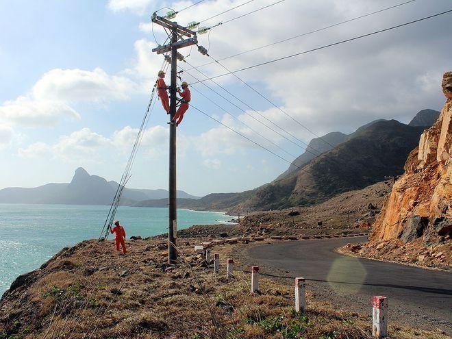 Công nhân Điện lực huyện Côn Đảo bảo trì đường dây - Ảnh: Tú Uyên