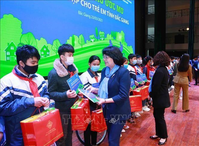 Phó Chủ tịch nước Đặng Thị Ngọc Thịnh tặng quà cho trẻ em có hoàn cảnh khó khăn. Ảnh: Phương Hoa/TTXVN