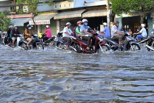 Triều cường gây ngập nặng trên đường Huỳnh Tân Phát. Ảnh: Tuấn Anh/TTXVN phát