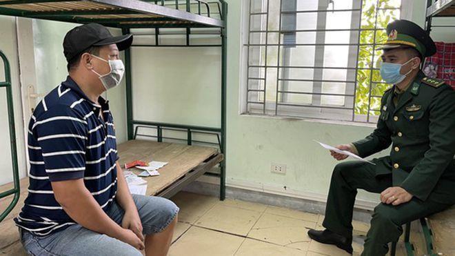 Lực lượng Biên phòng lấy lời khai tài xế Nguyễn Bá Tùng. (Ảnh Thanh Niên)