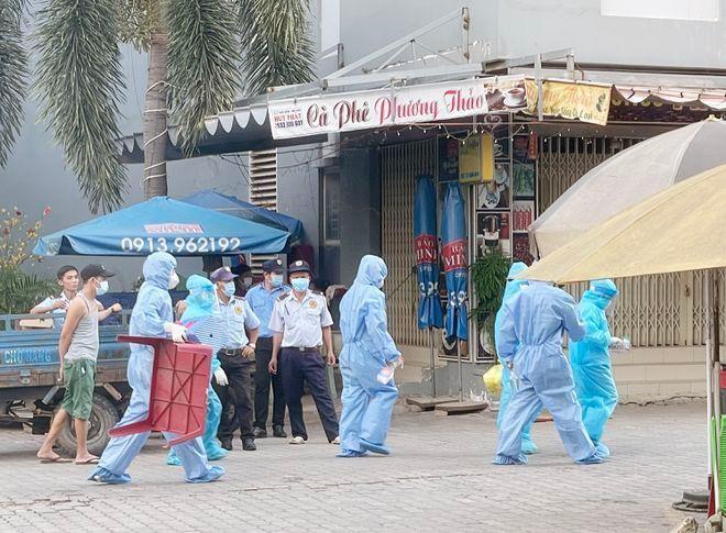 Cơ quan y tế Bình Dương truy vết các trường hợp tiếp xúc F1, F2 tại TP.Thuận An. ẢNH: ĐỖ TRƯỜNG