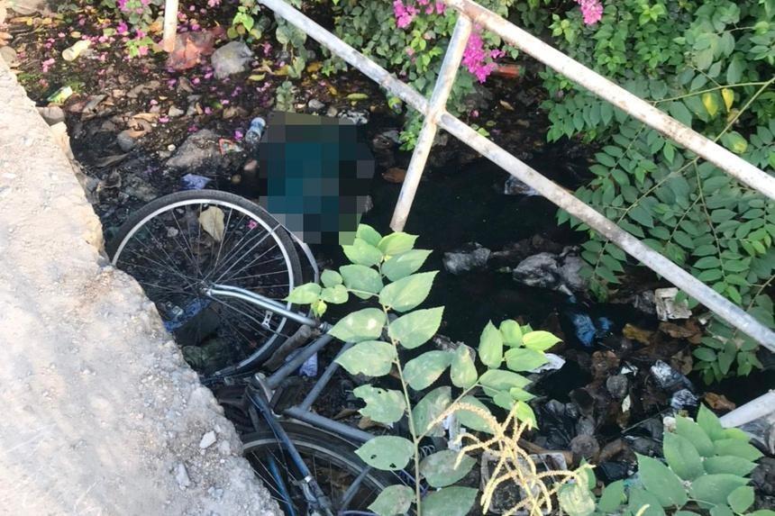 Hiện trường người đàn ông tử vong bên cạnh xe đạp dưới kênh. Ảnh: A.H/Zing
