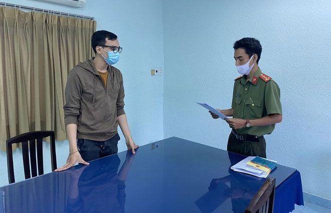 Cơ quan an ninh điều tra đọc quyết định khởi tố bị can Dương Tấn Hậu vào ngày 12.1.2021 (Ảnh: Thanh Niên)