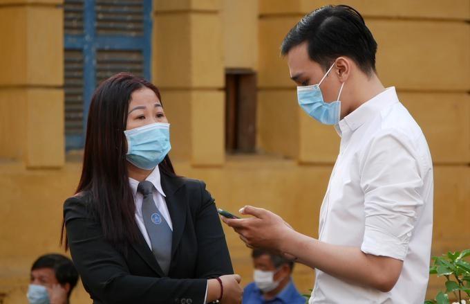 Dương Tấn Hậu và luật sư Đào Thị Bích Liên - người bảo vệ từ giai đoạn điều tra, tại sân tòa sáng nay. Ảnh: Hải Duyên/VnExpress