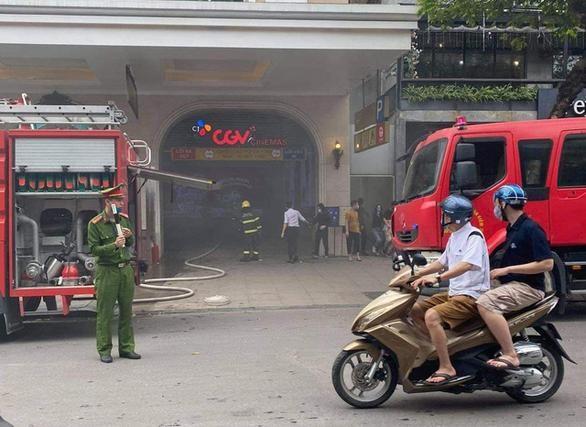 Hiện trường vụ cháy ô tô tại tầng hầmTrung tâm thương mại Tràng Tiền Plaza. (Ảnh: ANH NHÂN)