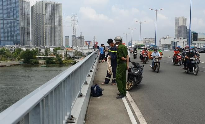 Balo người nam để lại trên cầu Sài Gòn. (Ảnh: Thanh Niên)