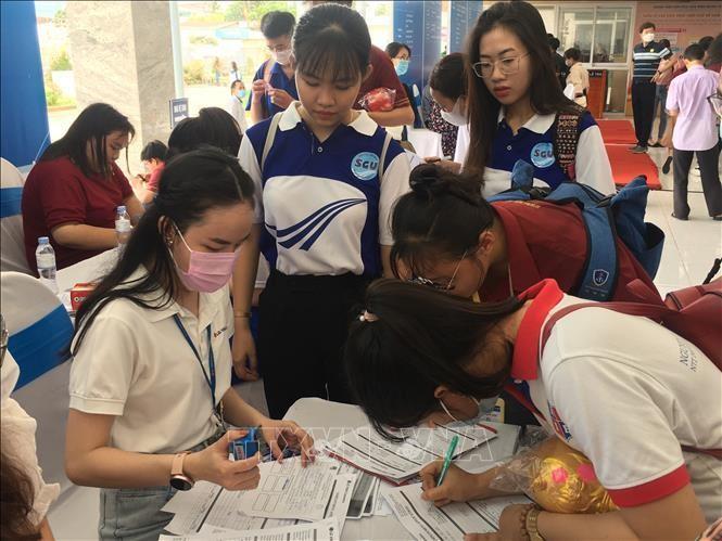 """Sinh viên và người lao động tìm việc làm ngay sau lễ ra quân chương trình """"Tiếp sức người lao động và sàn giao dịch việc làm năm 2021"""". (Ảnh: TTXVN)"""