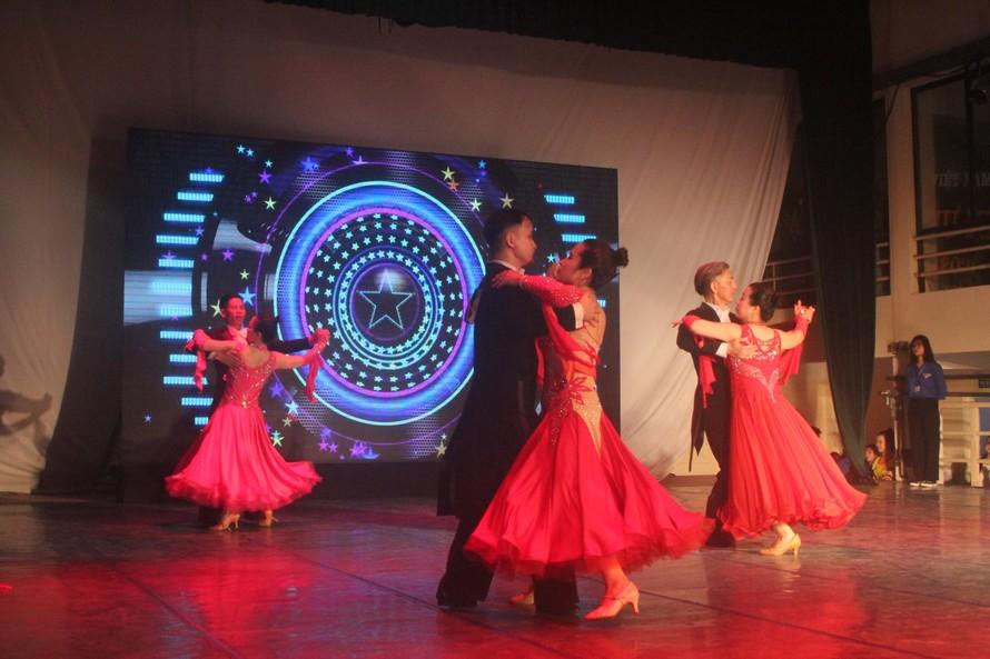Các thí sinh đang biểu diễn trong phần thi nhảy điệu Viennese Waltz.