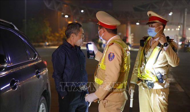 Cảnh sát giao thông tiến hành kiểm tra nồng độ cồn đối với tài xế tại cao tốc Pháp Vân - Cầu Giẽ. Ảnh: Doãn Tấn/TTXVN