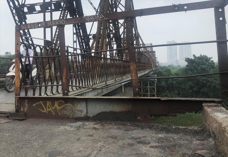 Mặt cầu, bờ lan can và hệ thống giằng sắt hoen gỉ tại cầu Long Biên. (Ảnh: Tiền Phong)