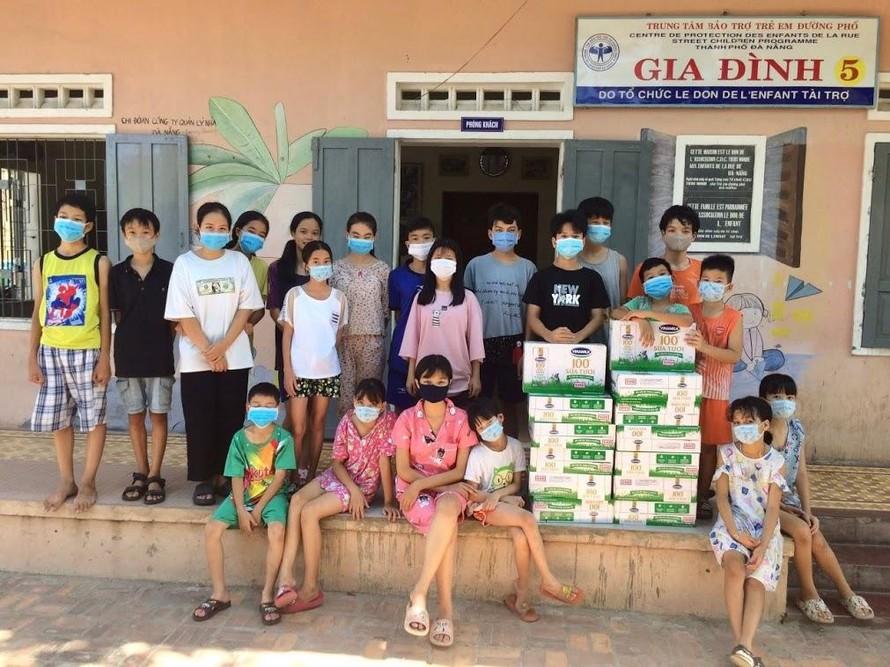 Quỹ sữa Vươn cao Việt Nam năm 2021 cũng đang tích cực triển khai việc trao sữa đến trung tâm bảo trợ, nhà mở tại 26 tỉnh thành trên cả nước.