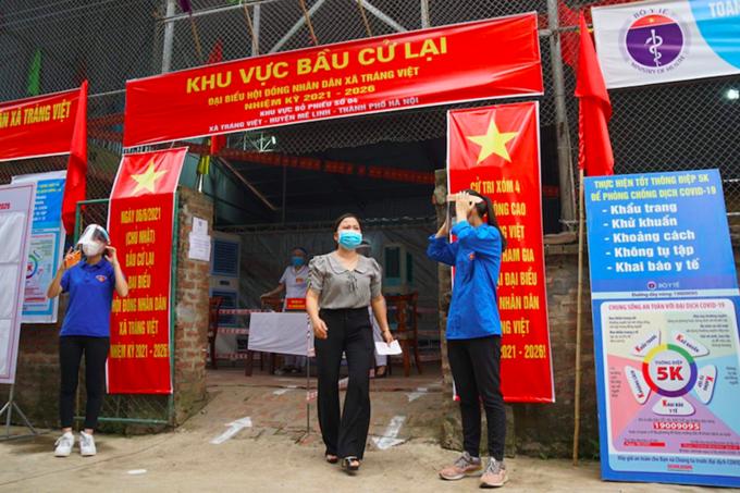 Khu vực bầu cử lại đại biểu HĐND tại xã Tráng Việt, Mê Linh sáng 6/6. (Ảnh: VnExpress)