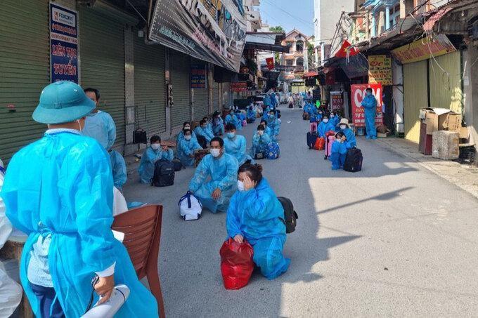 Các công nhân được chuyển khỏi thôn Núi Hiểu, chiều 5/6. Ảnh: VnExpress