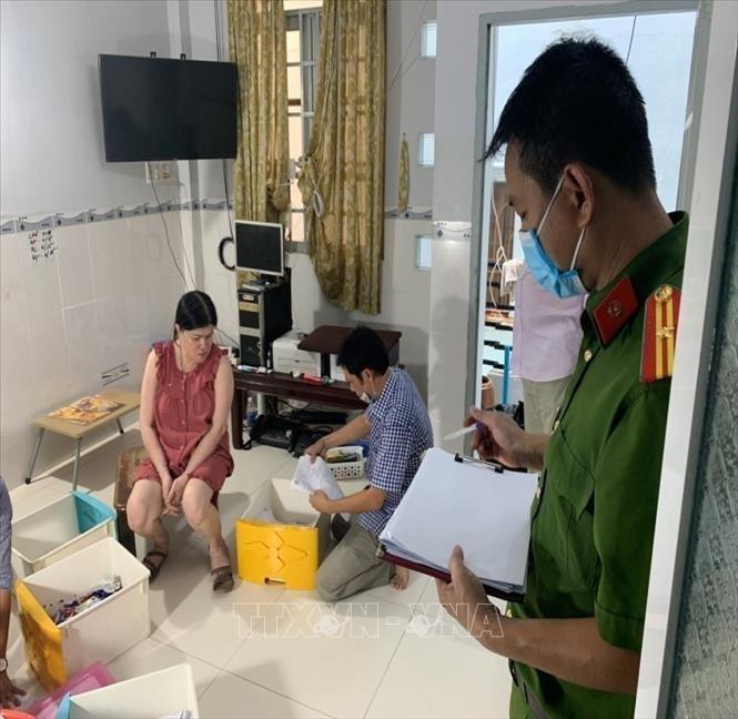 Công an tỉnh An Giang khám xét nơi ở của đối tượng Nguyễn Thị Thủy Liên. Ảnh: TTXVN