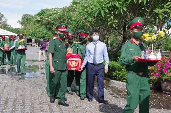Lễ truy điệu và an táng 40 hài cốt liệt sĩ tại tỉnh Quảng Trị được tổ chức trang trọng. (Ảnh: Quân đội Nhân dân)