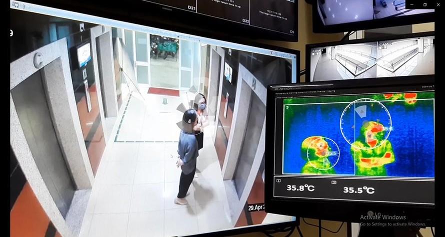 Màn hình camera hiển thị nhiệt độ của người đang ở gần máy đo thân nhiệt tự động từ xa do công ty QSTC sản xuất. (Ảnh: Quang Trung Software City)