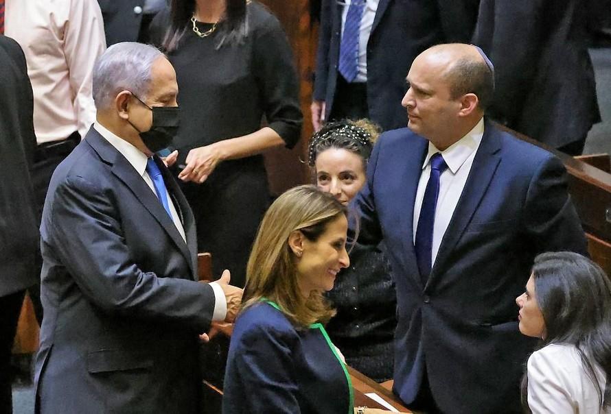 Ông Netanyahu bắt tay với tân Thủ tướng Bennett (phải). (Ảnh: AFP)
