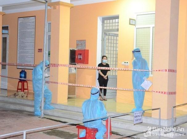 Người mắc COVID-19 đầu tiên tại Vinh đang thực hiện khai báo. (Ảnh: Báo Nghệ An)