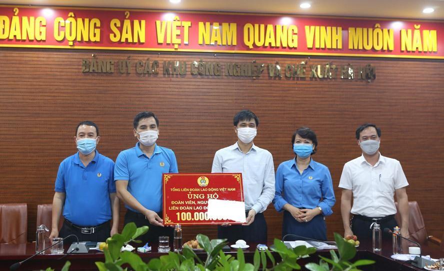 Tổng Liên đoàn Lao động Việt Nam hỗ trợ công nhân lao động thành phố Hà Nội 100 triệu đồng. Ảnh: Công đoàn Hà Nội.