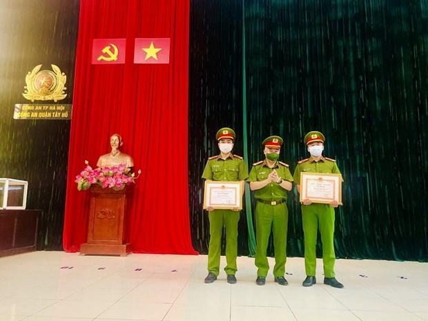 Hai cán bộ công an quận nhận bằng khen của Chủ tịch Ủy ban Nhân dân thành phố Hà Nội vì hành động dũng cảm. (Nguồn: Tuổi trẻ Thủ đô)