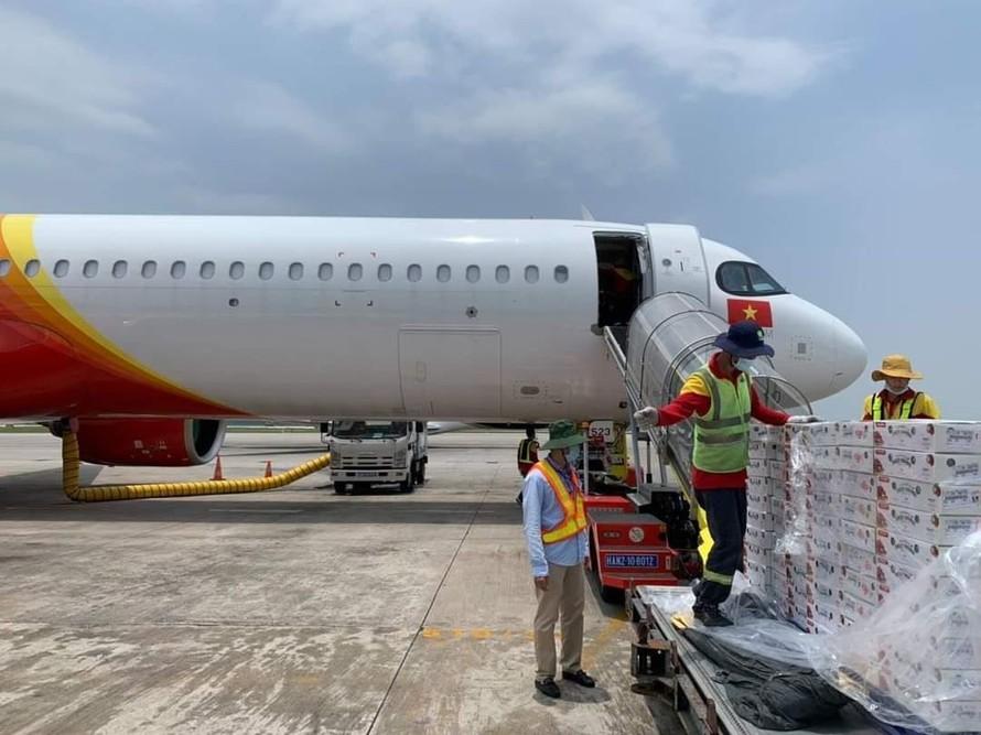 Hãng hàng không Vietjet hỗ trợ nông dân Bắc Giang bằng cách triển khai các chuyến bay đưa vải thiều Bắc Giang tới nhiều thị trường trong nước và quốc tế.