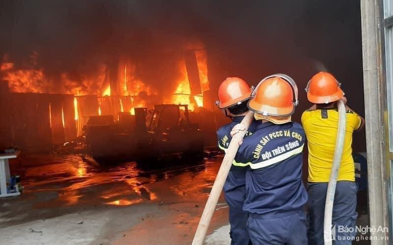 Lực lượng PCCC&CNCH nỗ lực dập tắt đám cháy. (Ảnh: Báo Chính phủ)