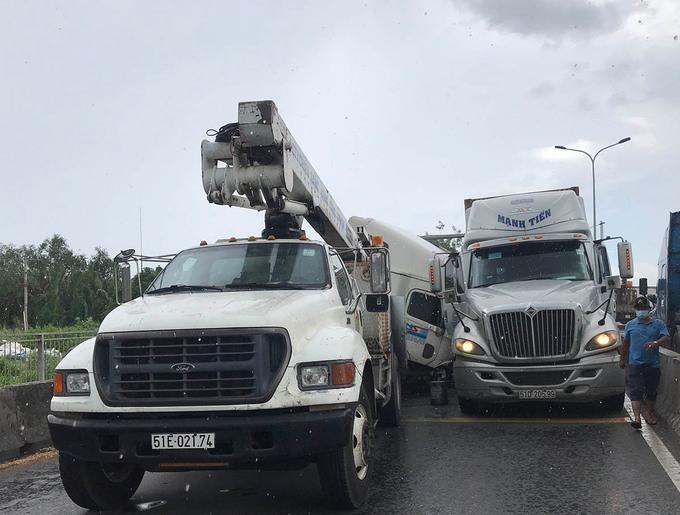 Tai nạn liên hoàn giữa 3 xe ô tô lớn trên cầu Phú Mỹ