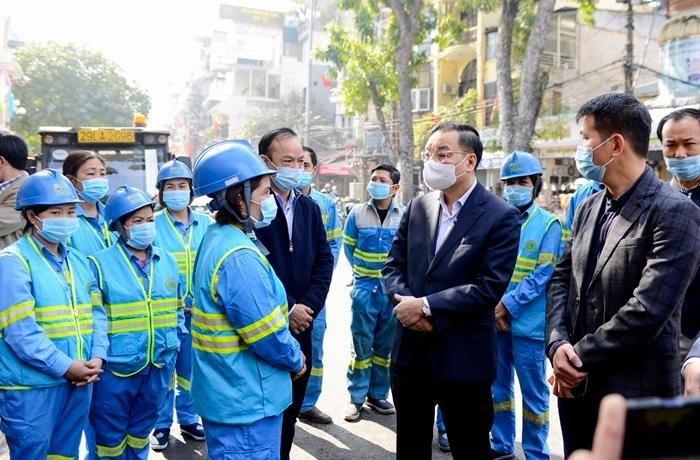 Chủ tịch UBND thành phố Hà Nội thăm và chúc tết, công nhân vệ sinh môi trường chi nhánh Hoàn Kiếm – Công ty TNHH MTV Môi trường Đô thị Hà Nội ngày 10/2 (29 Tết). (Ảnh: Kinh tế Môi trường)