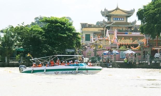 Khách du lịch đường sông ghé tham quan chùa Ông ở cù lao Phố, TP.Biên Hòa. Ảnh: Báo Đồng Nai