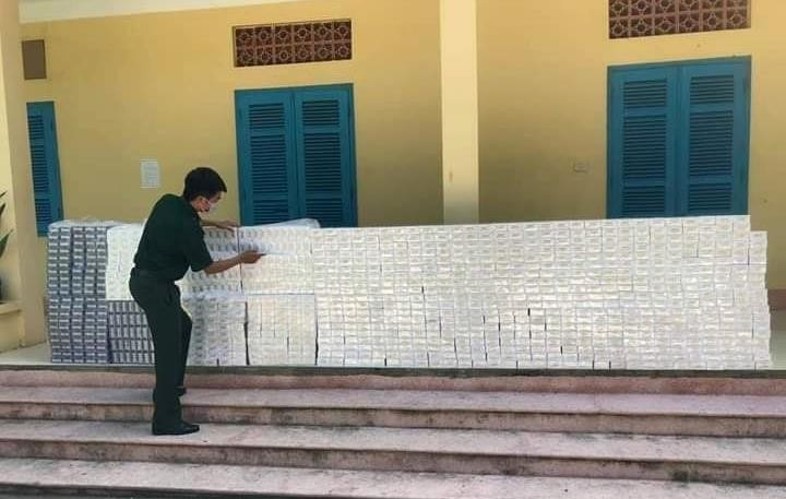 Cán bộ Đồn Biên phòng Bình Thạnh kiểm đếm tang vật thuốc lá vừa thu giữ. Ảnh: Báo Biên phòng