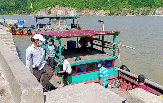 Thuyền chở các ngư dân trốn khởi vùng cách ly được yêu cầu quay lại cảng Cửa Sót. (Ảnh: VnExpress)