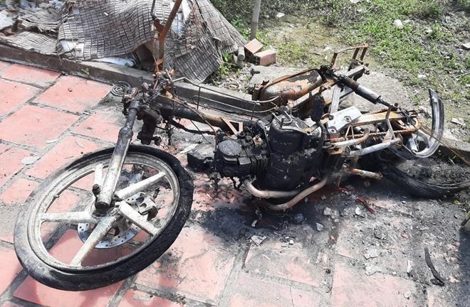 Chiếc xe máy bị thiêu rụi trong vụ cháy. (Ảnh: Công an Nhân dân)