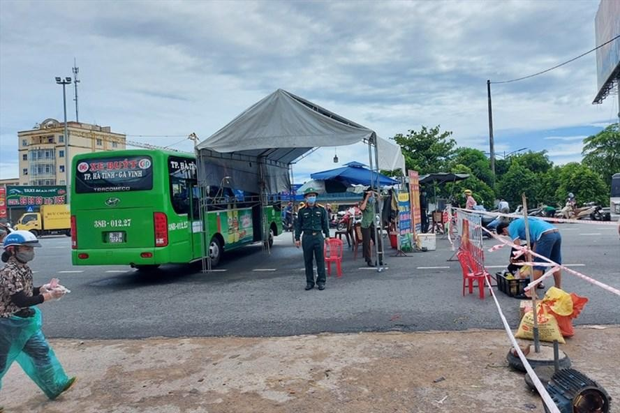 Chốt kiểm soát phòng dịch ở phía nam Thành phố Hà Tĩnh được lập sau khi thành phố này áp dụng vùng cách ly y tế theo Chỉ thị 16. Ảnh: Lao Động