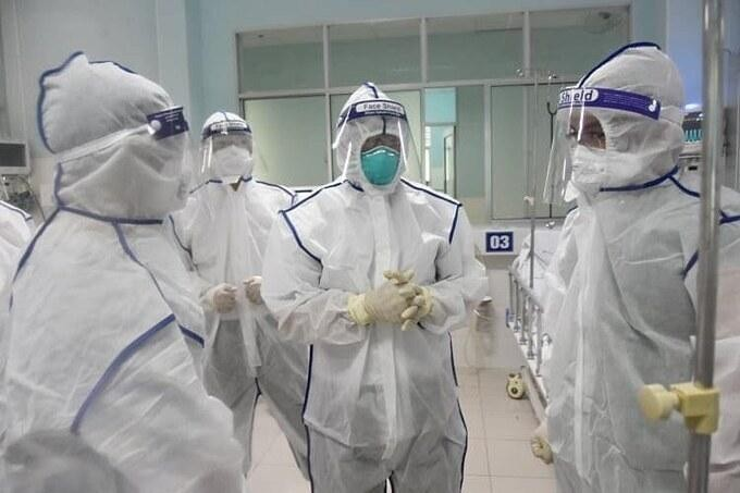 Thứ trưởng Y tế Nguyễn Trường Sơn trao đổi cùng các bác sĩ trong đơn nguyên ICU của Bệnh viện điều trị Covid-19 Củ Chi. Ảnh: Bộ Y tế.